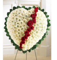 Букет Ритуальная композиция из живых цветов в форме сердца