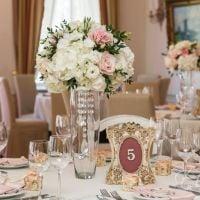 Заказать композицию из роз, эустом и гортензий на свадебный стол. Доставка!