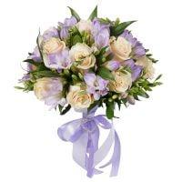 Купить оригинальный букет с кремовыми розами и фрезией с доставкой