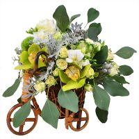 Букет «Свадебный велосипед» из орхидей, роз, гвоздик с доставкой.