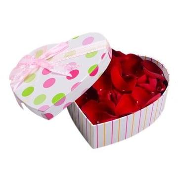 Лепестки роз в коробке Киев