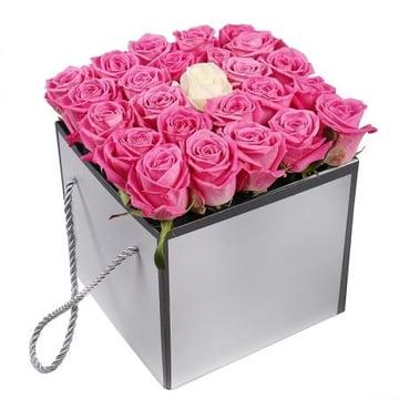 Розовые розы в коробке Кокомо