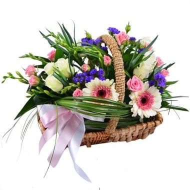 Кошик квітів зі стрічкою Київ